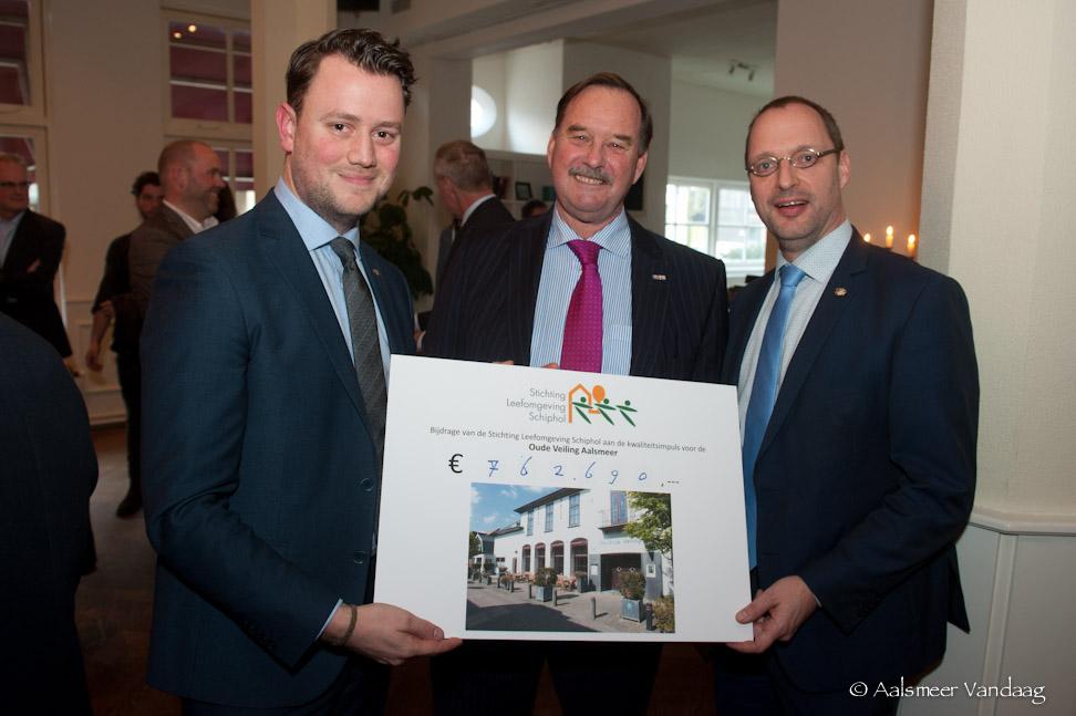 Vlnr; wethouder van Duijn (Aalsmeer), bestuurslid Ad Rutten (SLS) en wethouder van der Hoeven (Aalsmeer) met de cheque. (Foto Arjen Vos)